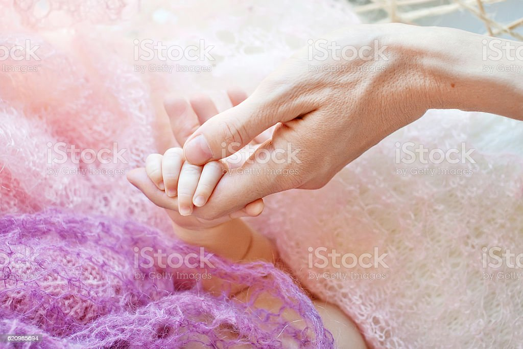 Newborn children's hand in mother hand. foto royalty-free
