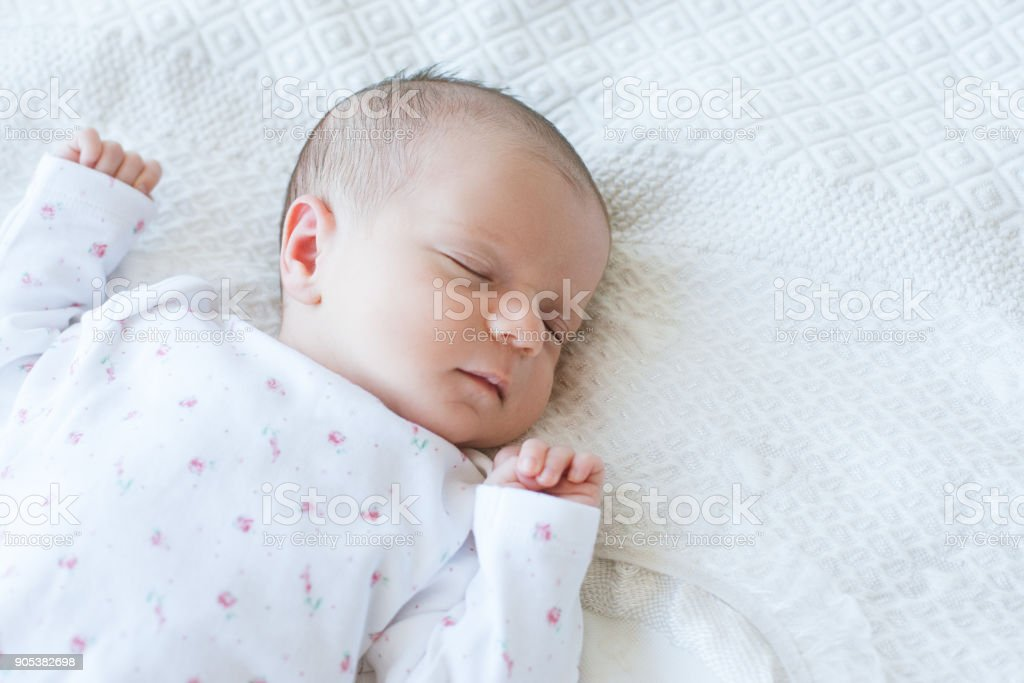 recién nacido tiene el sueño de un día saludable - foto de stock