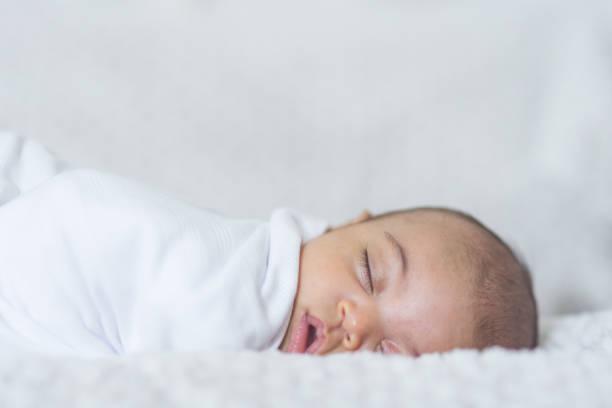 nyfödd sovande bebis - baby sleeping bildbanksfoton och bilder