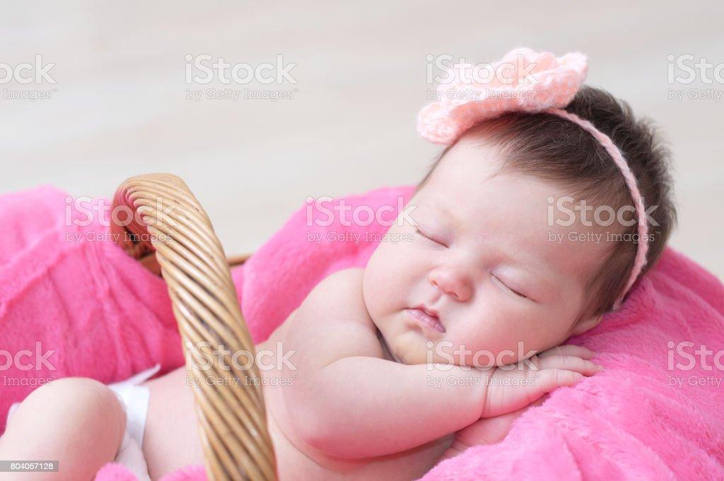 Canasta De Recien Nacido.Recien Nacido Que Duerme En La Canasta Bebe Tumbado En Manta