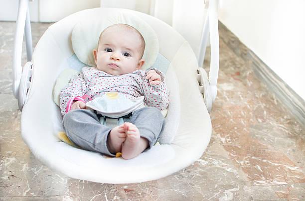 balouço de bebé recém-nascido automática cadeira de baloiço eléctricos - balouço imagens e fotografias de stock