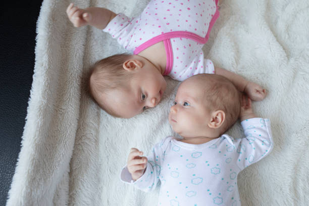 Neugeborene Zwillinge Baby – Foto