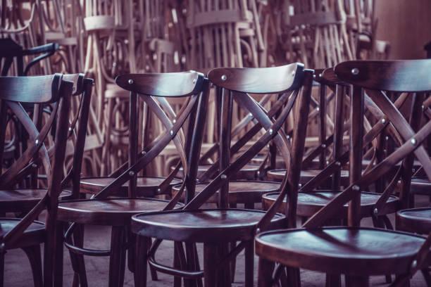 Neu fertigen Stühle bestellt In der Schlange für den Kauf – Foto