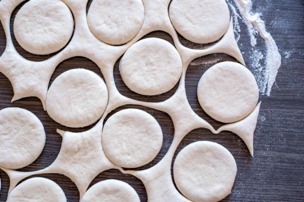 neu hausgemachte kuchen kochen - scones backen stock-fotos und bilder
