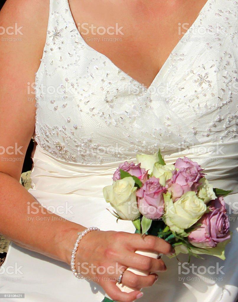 frisch verheiratet braut in weißen hochzeit kleid blumen brautstrauß  stockfoto und mehr bilder von armband
