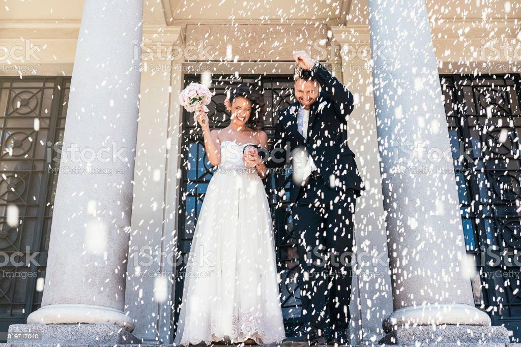 Nieuw echtpaar verlaten van de kerk. - Royalty-free Alleen volwassenen Stockfoto
