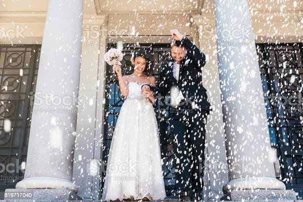 Nieuw Echtpaar Verlaten Van De Kerk Stockfoto en meer beelden van Alleen volwassenen