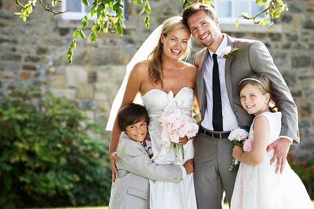 frisch verheiratet paar mit brautjungfern und seite junge bei hochzeit - hochzeitsfeier mit kindern stock-fotos und bilder