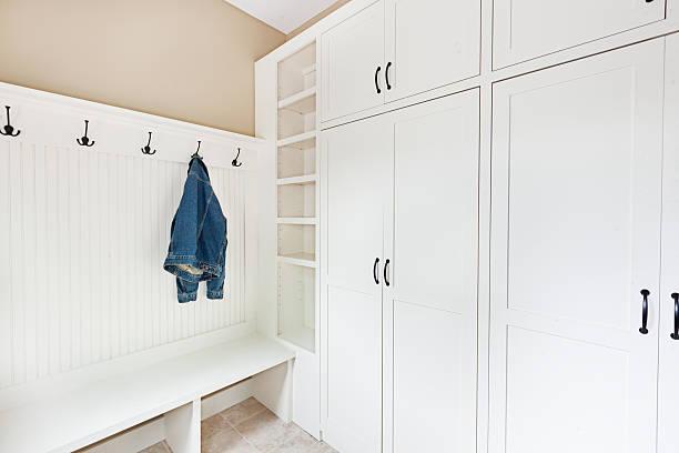 neu gestaltete renovierung schlamm eingangsbereich aufbewahrungsmöglichkeit - garderobenhaken stock-fotos und bilder