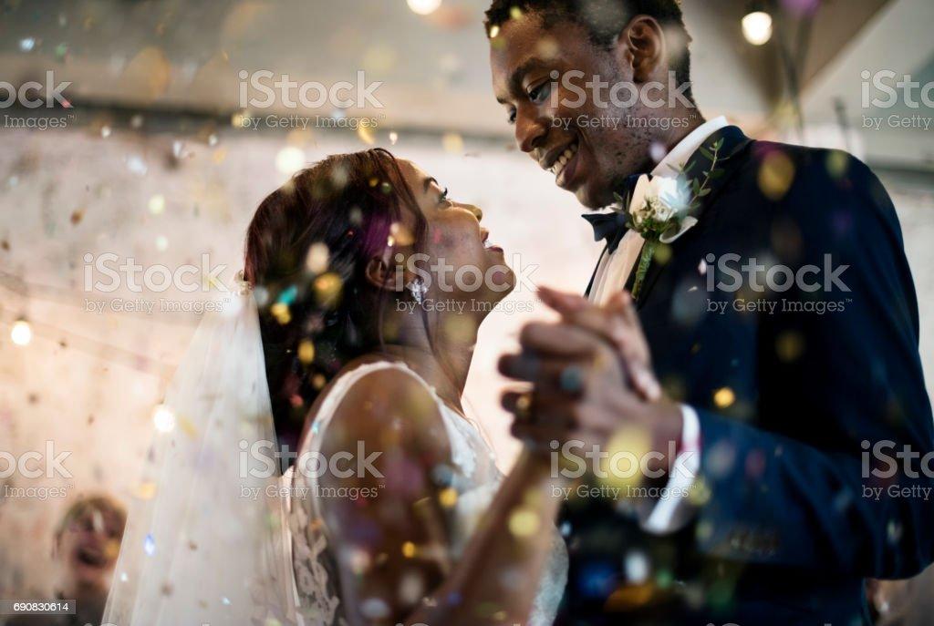 Pareja de recién casados afrodescendientes baile de bodas - foto de stock