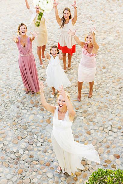 frisch verheiratet braut werfen blumenstrauß für hochzeitsgäste - hochzeitskleid über 50 stock-fotos und bilder