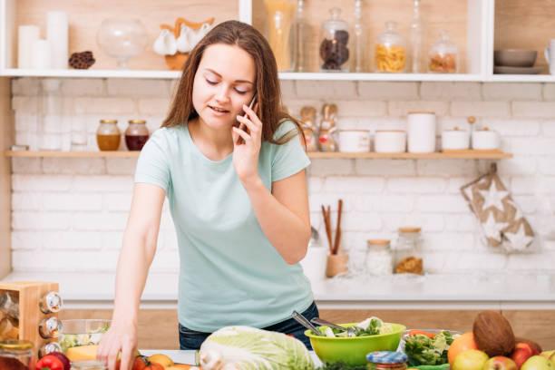 neugauftes kochen haus lifestyle frau-küche - frisch verheirateten beratung stock-fotos und bilder