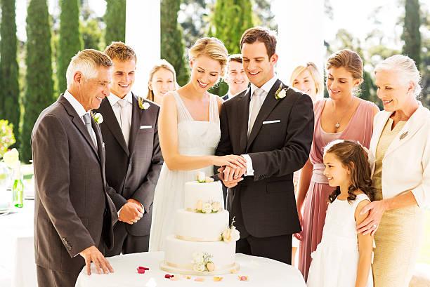 Frisch verheiratet paar Schneiden Hochzeitstorte während der – Foto