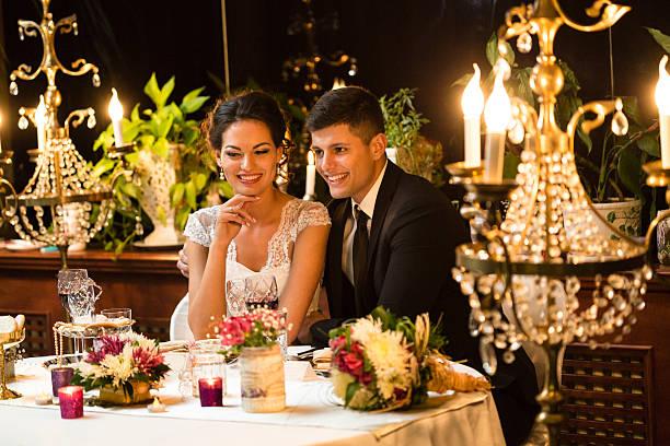 frisch verheiratet paar mit einem abendessen - bräutigam tisch stock-fotos und bilder