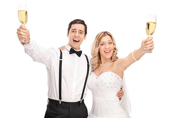 frisch verheiratete paar einen toast mit wein - windel partys stock-fotos und bilder