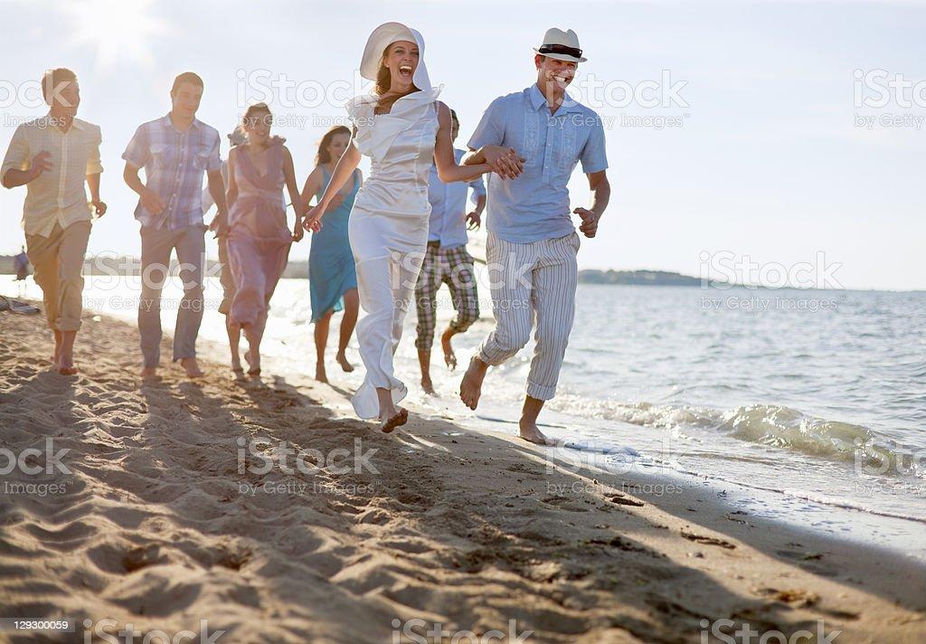 新婚カップル、ご友人とご一緒にビーチ - 20-24歳のロイヤリティフリーストックフォト