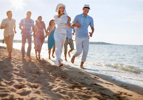 新婚カップルご友人とご一緒にビーチ - 20-24歳のストックフォトや画像を多数ご用意