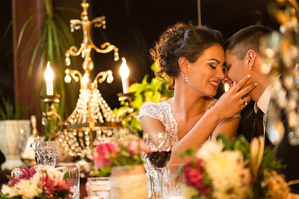 frisch verheiratet paar in romantischen momente vor dem abendessen - bräutigam tisch stock-fotos und bilder