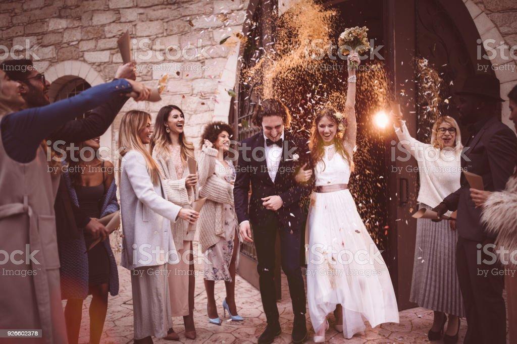 Brautpaar Zu Fuss Aus Kirche Und Feiert Hochzeit Mit Konfetti Stock