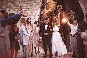 教会から出て行くと紙吹雪との結婚式を祝っての新婚カップル