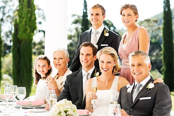 frisch verheiratet paar mit der familie oder hochzeitsgästen bei der rezeption - bräutigam tisch stock-fotos und bilder