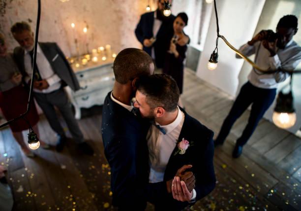 Gay Brautpaar tanzen auf der Hochzeitsfeier – Foto