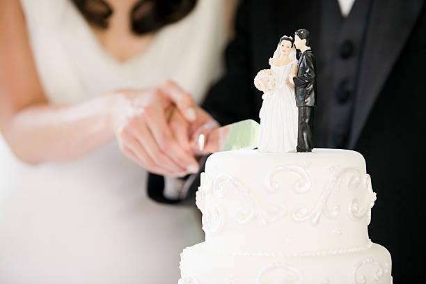 newlyweds cutting wedding cake - nygift bildbanksfoton och bilder