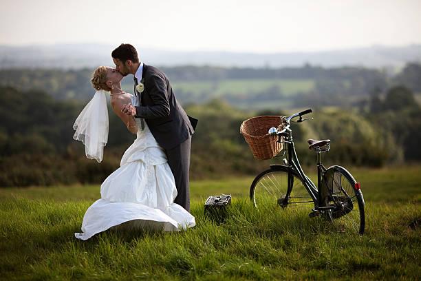 paar umarmen und küssen einander. - bräutigam anzug vintage stock-fotos und bilder
