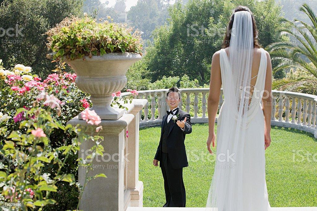 Newlyweds no jardim foto de stock royalty-free