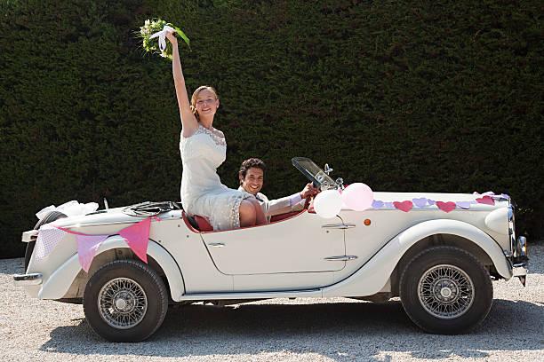 Brautpaar damit für Flitterwochen in vintage car – Foto