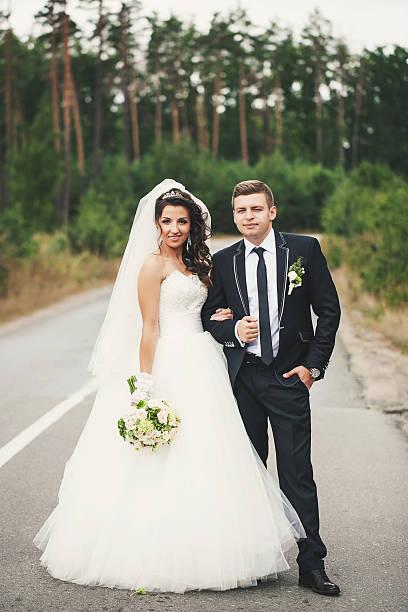 Brautpaar auf der Straße – Foto