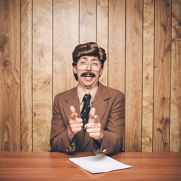 nachrichtensprecher mann retro - - 80er outfit stock-fotos und bilder