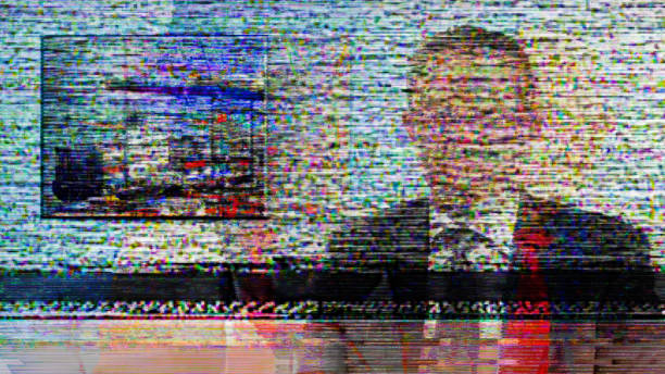 glitch - tv news anchor obscured by screen full of noise and interference - onda radio foto e immagini stock