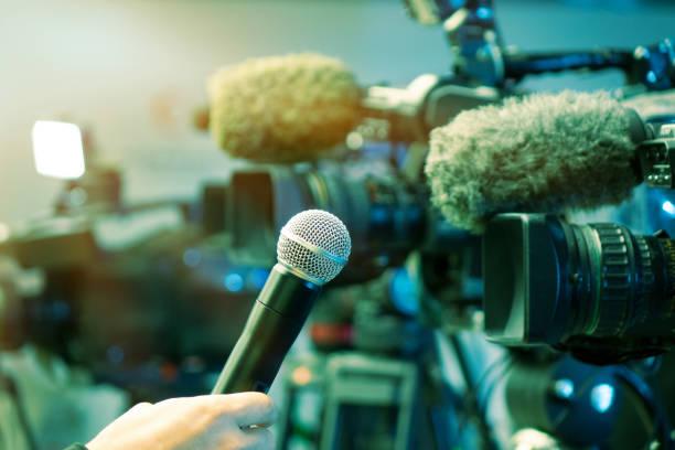 conferencia de prensa. filmar un evento con una cámara de vídeo y una microphpne. - periodista fotografías e imágenes de stock