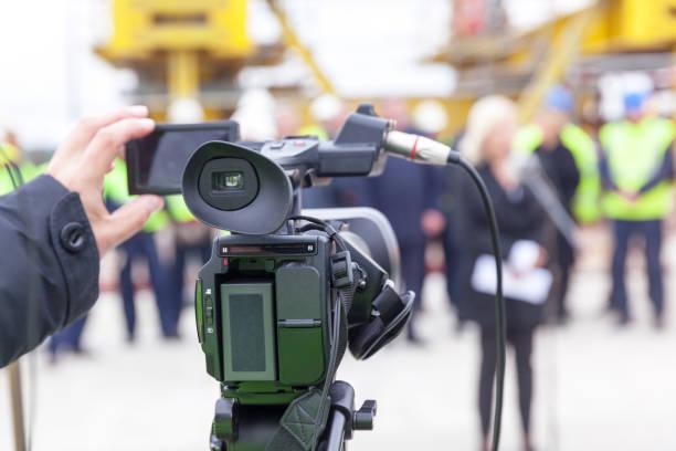 Pressekonferenz. Medienereignis mit Videokamera. – Foto