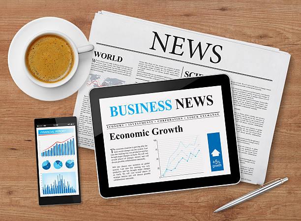 news feed auf mobilen geräten - www kaffee oder tee stock-fotos und bilder