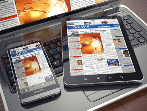 Noticias Concepto De Medios De Comunicación Ordenador Portátil Tablet Pc Y Smartphone Foto de stock y más banco de imágenes de Analizar