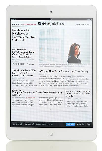 nachrichten auf dem ipad mini - new york times stock-fotos und bilder