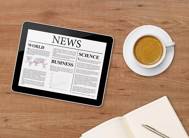 news-seite auf tablet und kaffeetasse - www kaffee oder tee stock-fotos und bilder