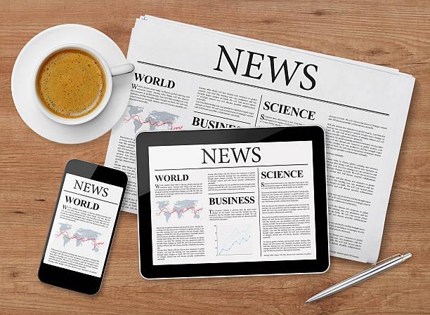 news-seite auf tablet-pc, smartphone und zeitungen - www kaffee oder tee stock-fotos und bilder