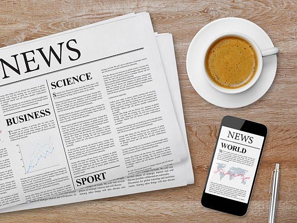 news-seite auf tablet, zeitung und kaffee - www kaffee oder tee stock-fotos und bilder