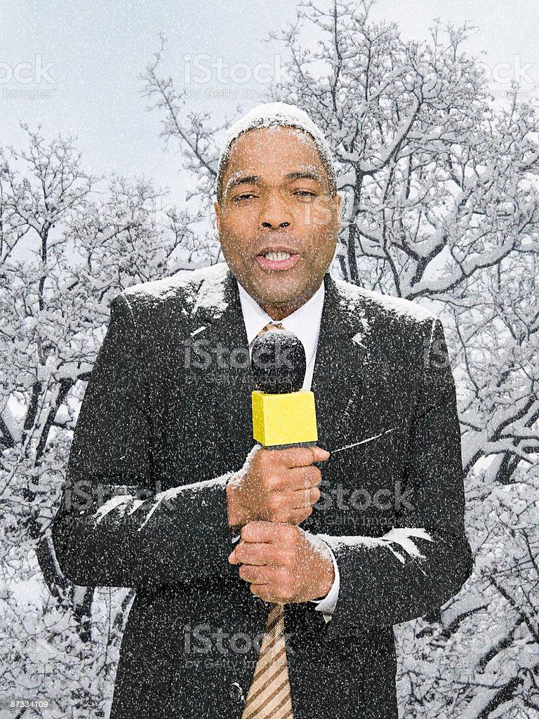 Apresentador de notícias na neve - foto de acervo