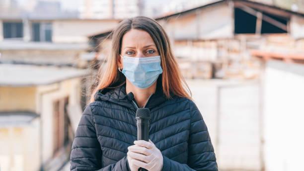 Newscaster präsentiert die brisante Nachricht während der COVID-19-Pandemie – Foto