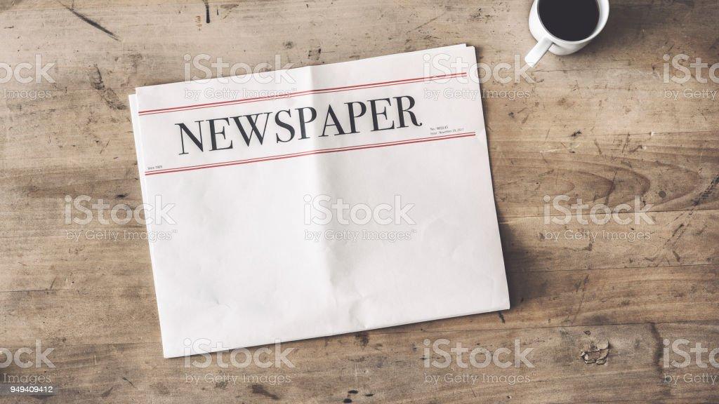 Zeitung und Kaffee auf hölzernen Hintergrund – Foto