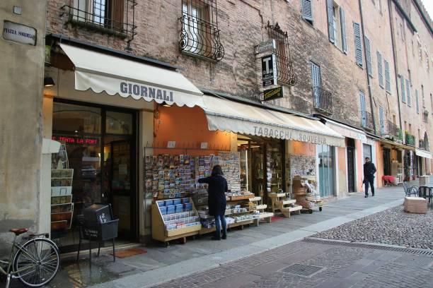 zeitung und souvenir-shop am piazza sordello in mantua, norditalien. - gebrauchte bücher verkaufen stock-fotos und bilder