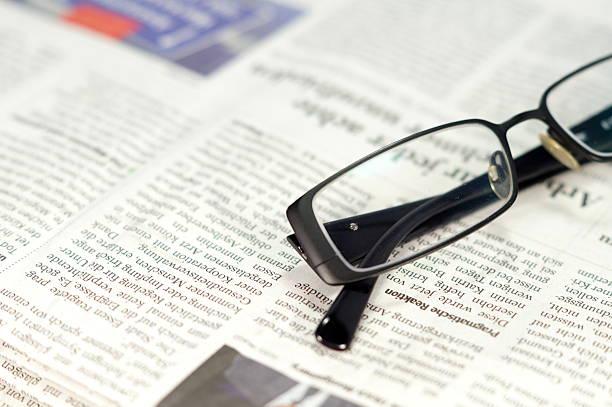 Zeitung Eine Zeitung und Brille article stock pictures, royalty-free photos & images