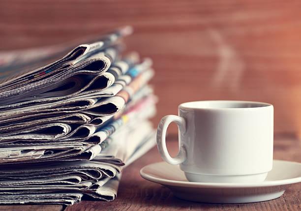 zeitungen und kaffee - porzellan druck stock-fotos und bilder