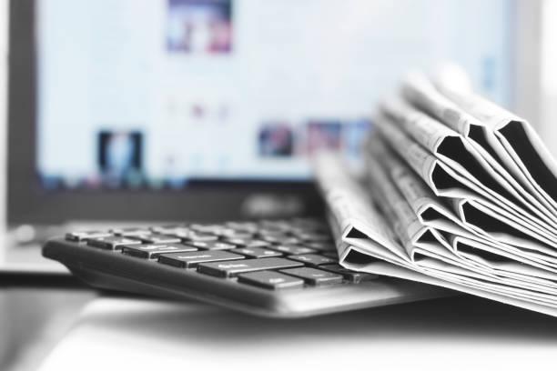 zeitungen und laptop - publikation stock-fotos und bilder