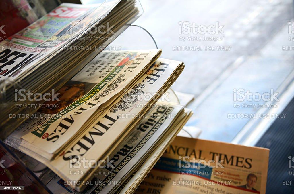 Jornais em um quiosque foto de stock royalty-free