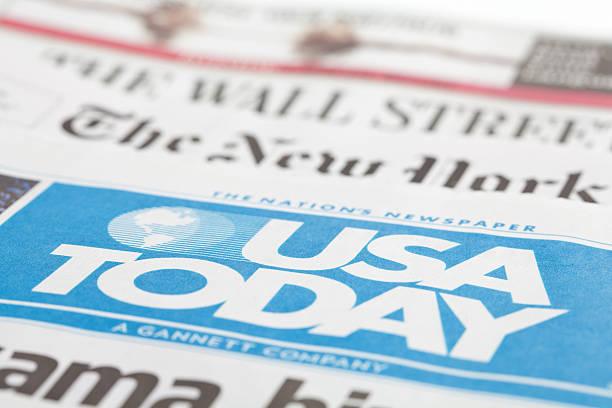 zeitungen liegen zusammen - new york times stock-fotos und bilder